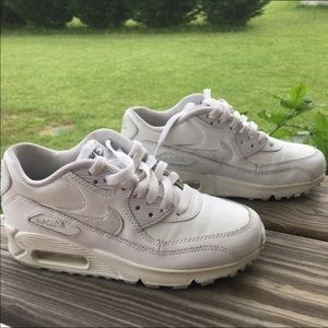 White Nike Air Max Size 6 in women 4 Youth